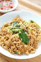arroz frito com carne de porco e couve chinesa foto