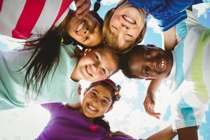 retrato de crianças felizes, formando huddle