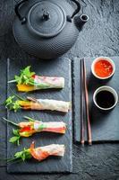 rolinhos primavera com frutos do mar e legumes foto