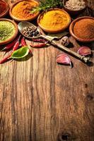 ervas e especiarias na mesa de madeira foto