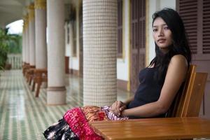 mulher sentada em um banco no corredor foto
