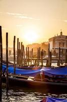 Veneza vista ao pôr do sol com gôndolas