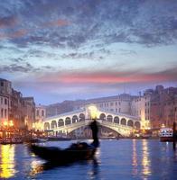Veneza com gondoleiro na Itália