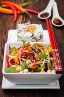 salada tailandesa de pimentão, amendoim e pepino foto