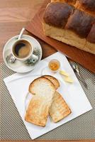 conjunto de café da manhã oriental composto por torradas de pão e café foto