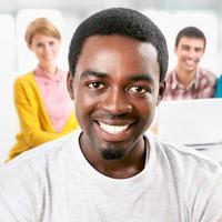 grupo de jovens estudantes foto