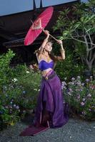 mulher tailandesa em traje tradicional