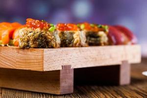 conceito japonês com sushi na mesa de madeira