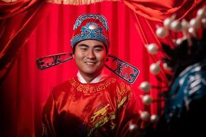 retrato de noivo chinês bonito vestindo roupas de casamento tradicional