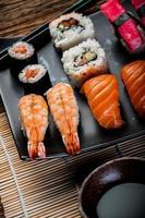 frutos do mar, sushi japonês na mesa de madeira velha