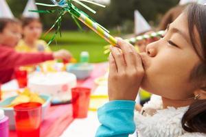 menina com ventilador na festa de aniversário ao ar livre foto
