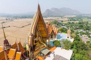 wat tham sua (templo da caverna do tigre) foto
