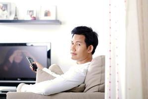 homem assistindo filmes