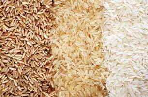 três fileiras de variedades de arroz - marrom, selvagem e branco.