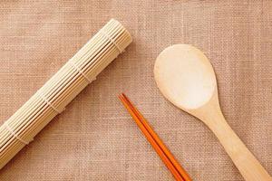 talheres de madeira chinesa foto