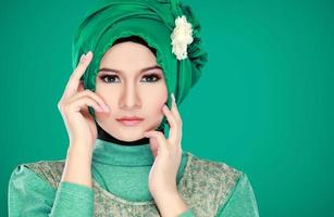 retrato da moda da jovem mulher muçulmana bonita com custo verde