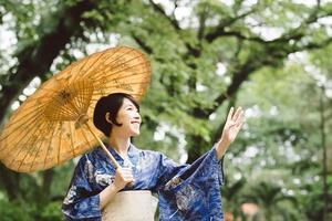 feliz menina japonesa foto