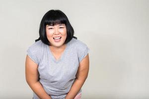 retrato de mulher asiática bonita com excesso de peso sorrindo foto