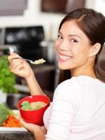 mulher comendo salada de quinoa foto