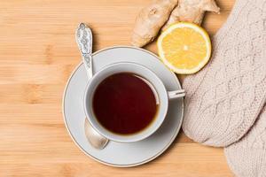 xícara de chá com mel, gengibre e limão foto