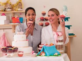 parceiros de padaria mostrando bolos foto