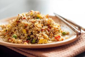 arroz frito com legumes e ovos fritos foto