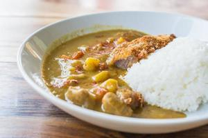 comida japonesa fritar curry de porco. foto