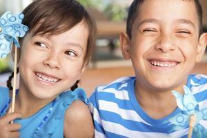 menino e menina brincando com seu cata-vento