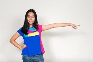 retrato de dedo apontando de menina adolescente asiática foto