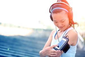 mulher ouvindo música em fones de ouvido do telefone inteligente mp3