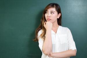 mulher bonita asiática em frente a lousa com gesto