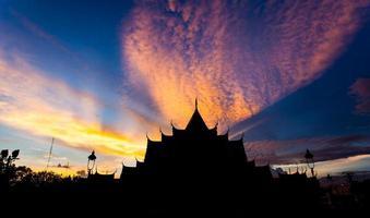 pôr do sol no templo benjamabopit foto