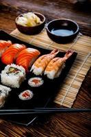 conjunto de sushi fresco japonês