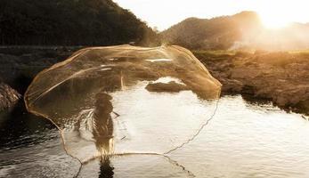 pescador do lago em ação ao pescar foto