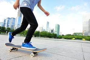 mulher de skate pulando foto