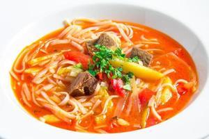 sopa de macarrão de arroz vermelho foto
