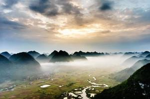 campo de arroz sob a névoa no vale, lang son, vietnã