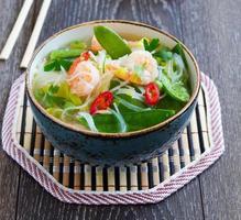 sopa asiática com camarão e legumes.
