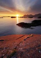 pôr do sol na costa norueguesa, senja foto