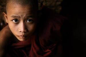 retrato de pequeno monge foto