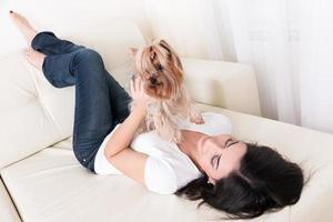 linda menina morena brincando com seu cachorro foto