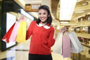 mulher asiática, segurando a sacola de compras foto