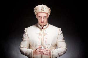 homem em traje oriental foto