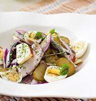 salada de arenque, maçãs e ovos foto