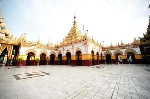 pagode maha muni na cidade de mandalay, myanmar. foto