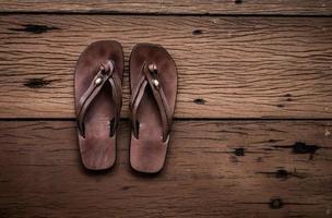 sandálias de couro com fundo de madeira velha