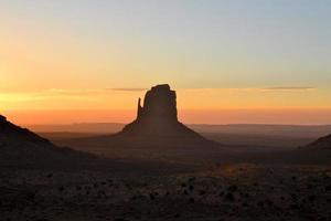 belo nascer do sol no vale do monumento foto