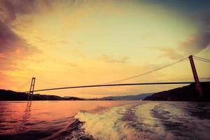 pôr do sol sobre a ponte suspensa em bergen, Noruega foto