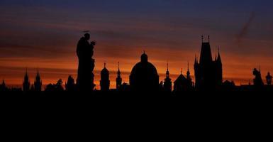 silhuetas de Praga da ponte de charles antes do amanhecer