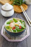 sopa asiática com camarão e legumes. foto